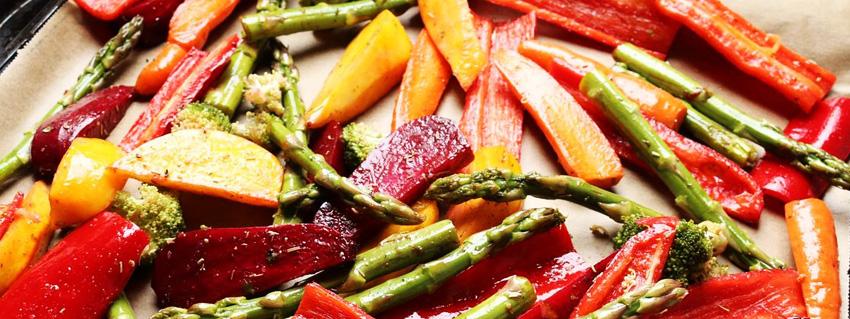 Rezept für buntes Ofengemüse mit Dip - ganz vegan