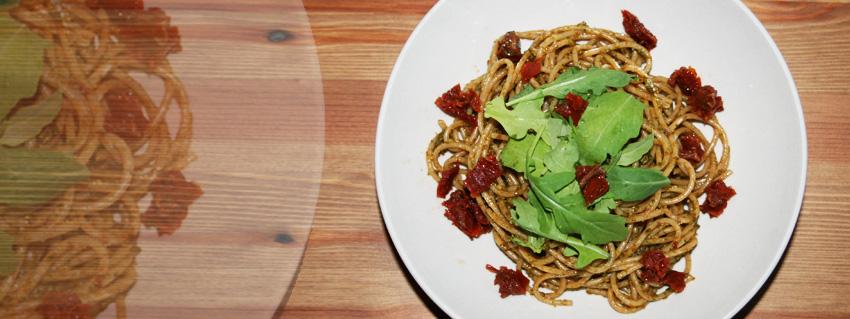 Rezept für ein köstliches veganes Pesto mit Rucola und getrockneten Tomaten
