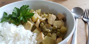 Veganes Tofu-Erbsen-Curry mit Erdnusssauce